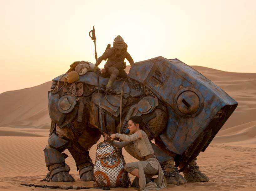 Rey (Daisy Ridley) se encontra com o robô BB-8, e liberta o companheiro de uma rede