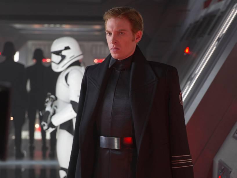 Domhnall Gleeson como General Hux, um líder cruel da Primeira Ordem, que anseia para mostrar à galáxia seu poder