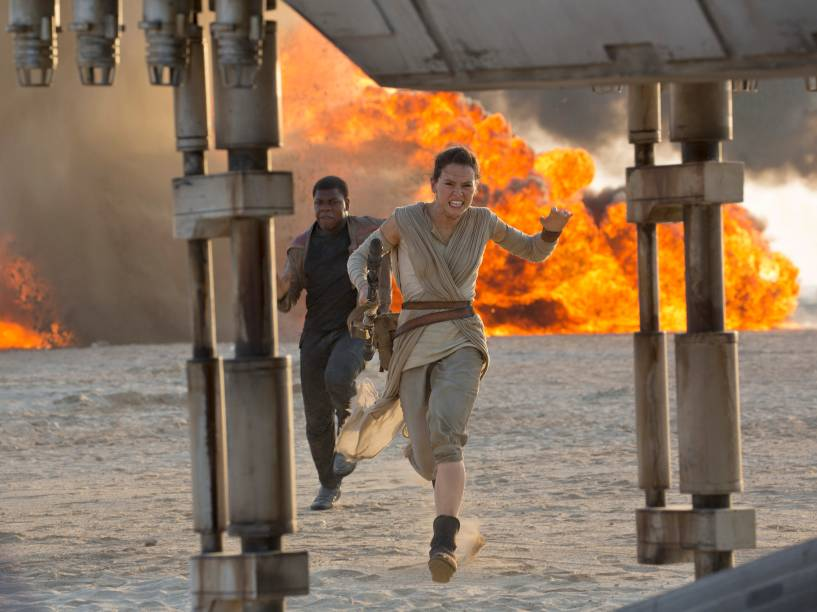 Rey (Daisy Ridley) e Finn (John Boyega) fogem em cena de Star Wars: O despertar da força