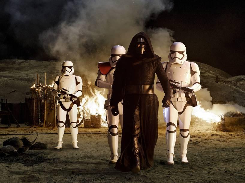 O vilão Kylo Ren (Adam Driver), acompanhado das tropas do Império em cena de Star Wars: O despertar da força