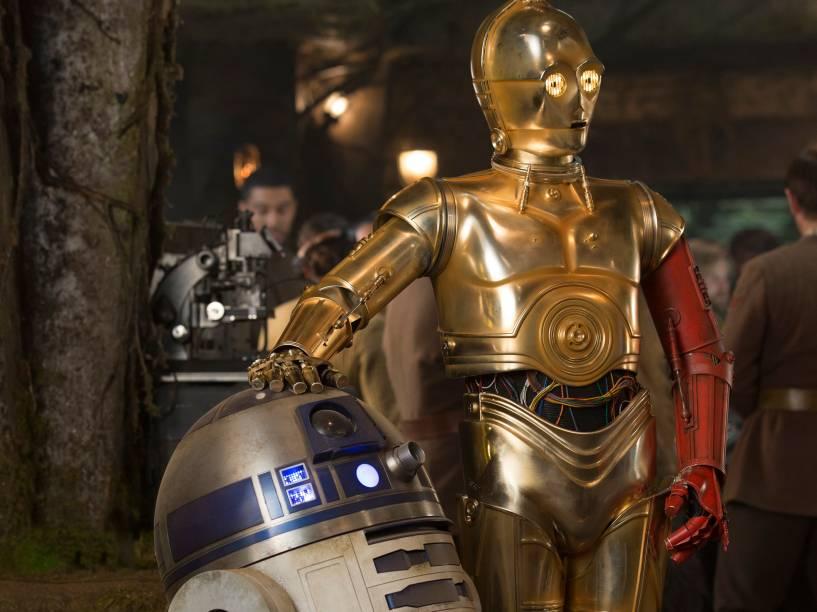 Os robôs R2-D2 e C-3PO em cena de Star Wars: O despertar da força