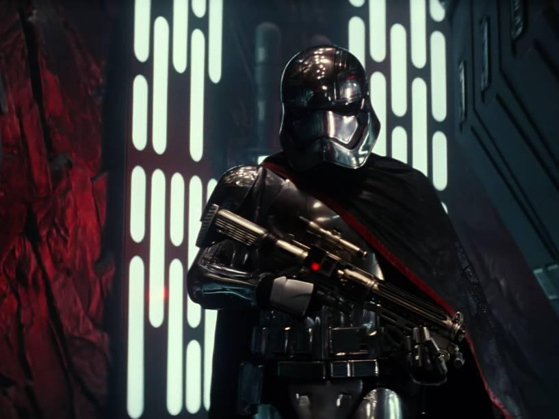 Dentro da armadura reluzente um guerreiro da Primeira Ordem, o capitão Phasma (interpretado por Gwendoline Christie)