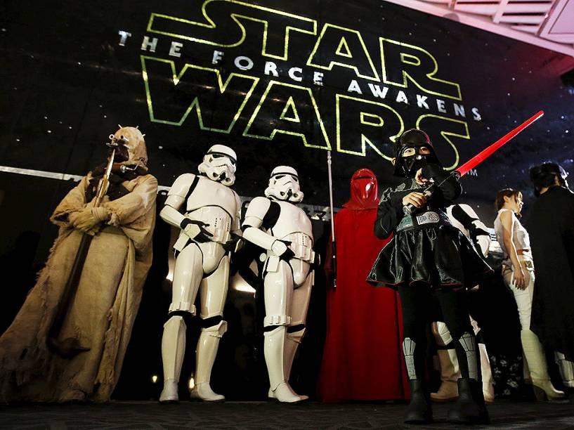 Fãs fantasiados para a estreia de Star Wars: O despertar da força , neste sábado (19), em Tokyo