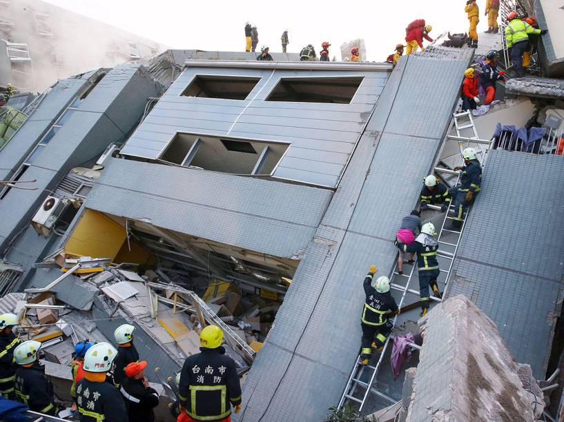 Um terremoto de magnitude 6,4 atingiu o sul de Taiwan na manhã de sábado (horário local), perto da cidade de Tainan