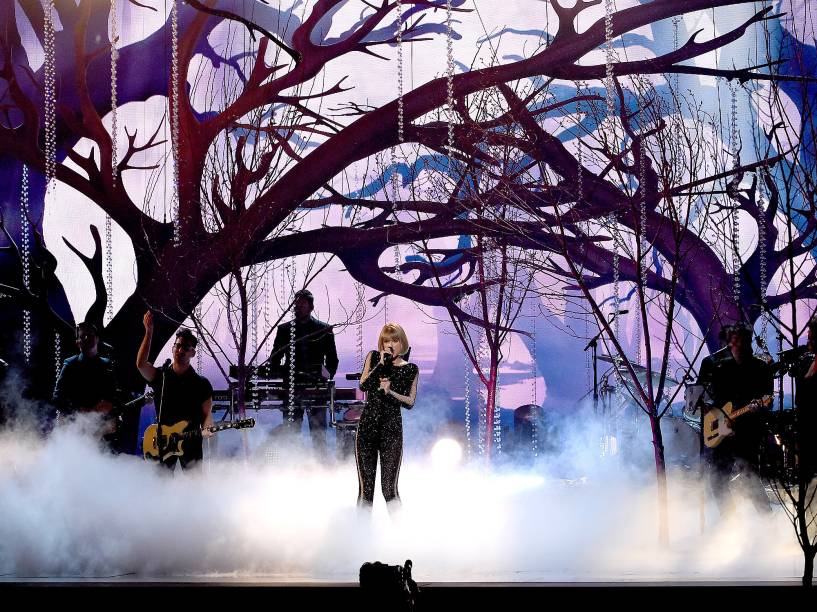 Taylor Swift durante a 58ª edição do Grammy, premiação que elege os melhores da música internacional, que acontece nesta segunda-feira (15)