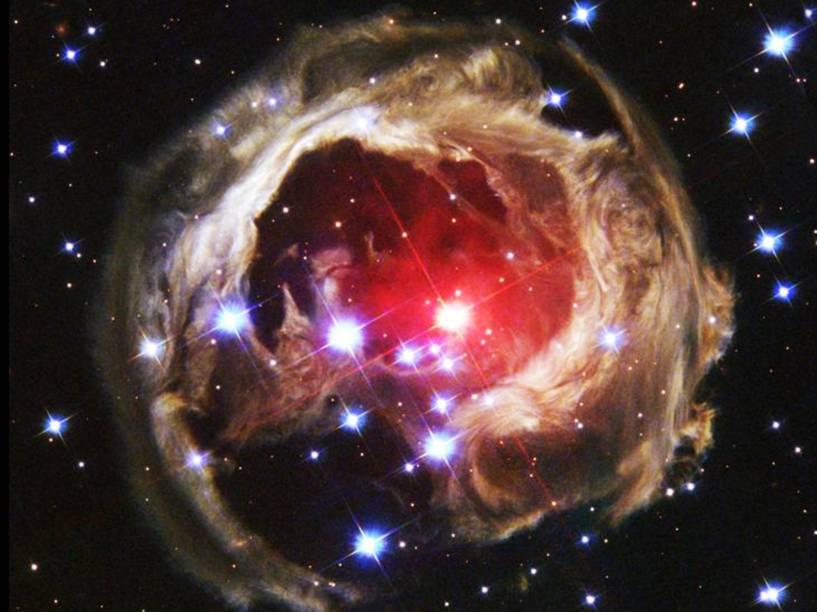 <p>Em 2002, astronautas assistiram a estrela V838 Monocerotis se tornar, temporariamente, a mais brilhante de nossa galáxia. Desde então, a luz que ela emitiu tem iluminado poeira que antes era invisível ao redor da estrela, um efeito conhecido como eco de luz</p>
