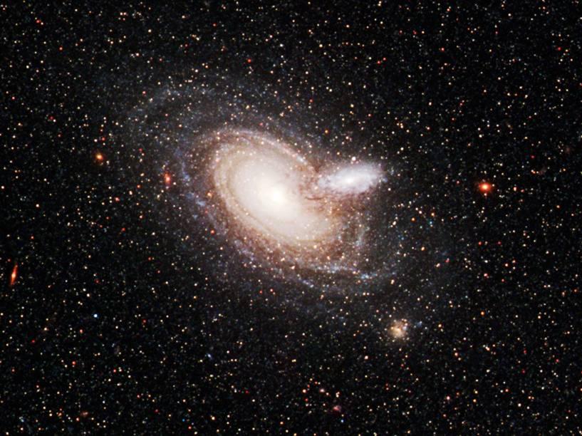 <p>Duas galáxias se sobrepondo, chamadas 2MASX J00482185-2507365</p>