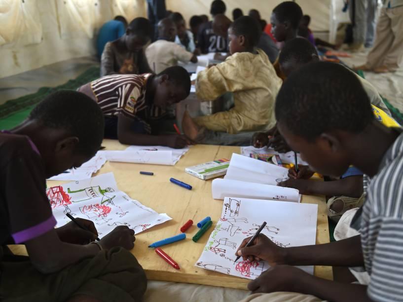 Jovens refugiados nigerianos participam de programa de terapia da UNICEF