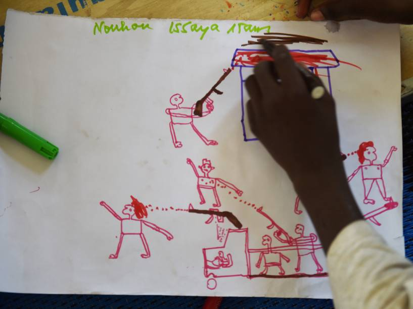 Jovens refugiados desenham cenas de ataque durante programa de terapia da UNICEF, próximo a Baga Sola