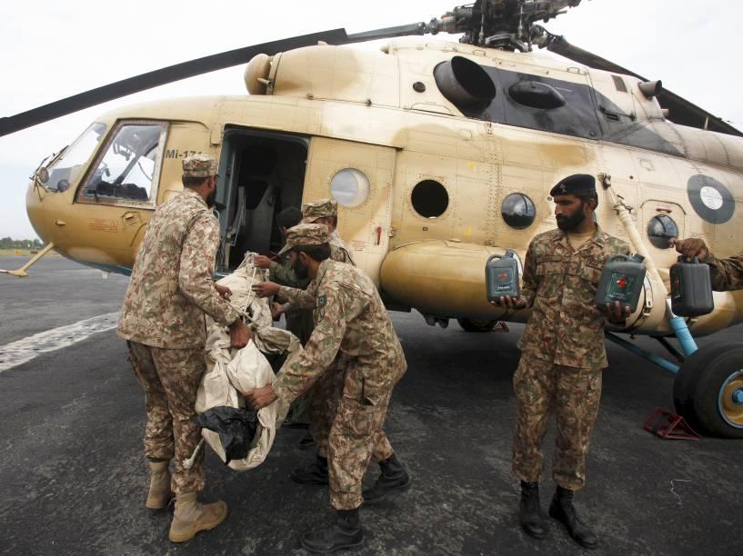 Soldados paquistaneses carregam comida para sobreviventes de terremoto que matou ao menos 260 no Afeganistão e Paquistão - 27/10/2015