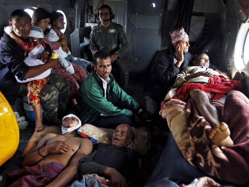 Nepaleses vítimas do terremoto são evacuados em um helicóptero da forca aérea indiana de Trishuli Bazar para o aeroporto de Catmandu, no Nepal
