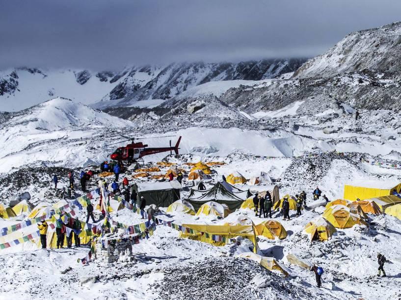 Barracas destruídas em acampamento base do monte Everest, no Nepal, depois de avalanche atingir a região