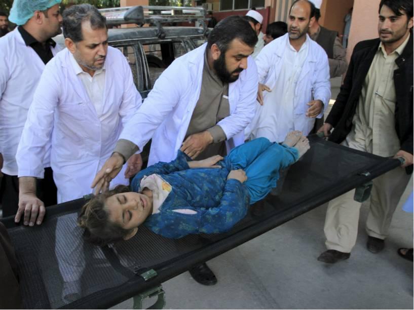 Mulher é atendida em Jalalabad, no Afeganistão, após tremor de 7,5 graus sacudir o país