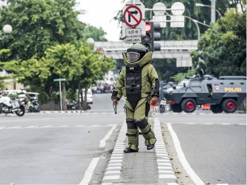 Agente do esquadrão antibomba da Indonésia, no centro de Jacarta