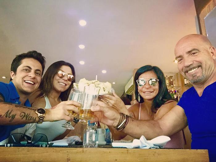 Thammy Miranda, a namorada, Andressa Ferreira, a mãe e o padrastro depois do show de Gretchen
