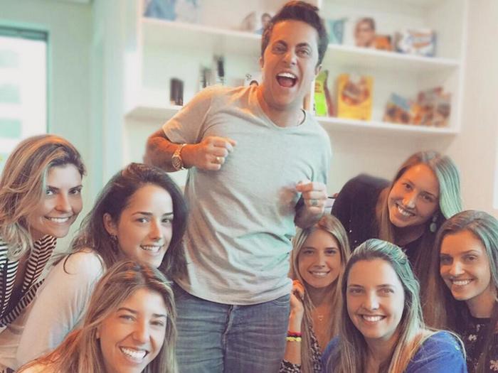 Thammy Miranda tira foto rodeado de mulheres na agência que o representa