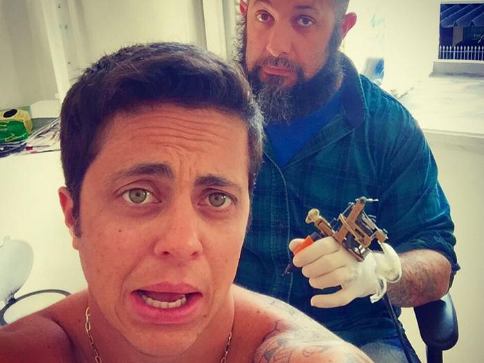 Thammy Miranda faz tatuagem em São Paulo