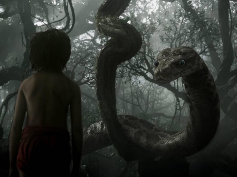 Mogli (Neel Sethi) e a cobra Kaa, dublada por Scarlett Johansson, em cena de 'Mogli – O Menino Lobo'