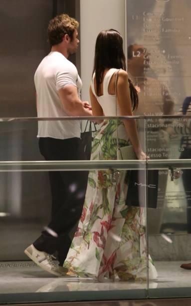 O empresário Thor Batista passeia com a namorada, Lunara Campos, em shopping do Rio