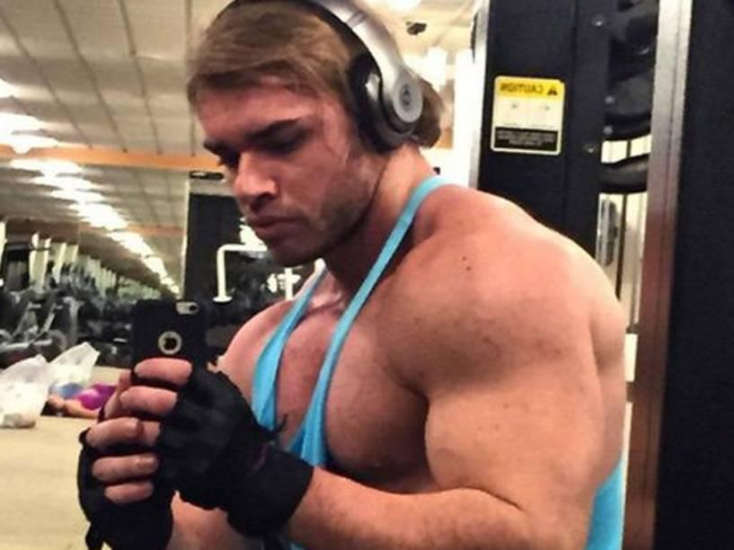 Thor Batista tira foto do espelho da academia