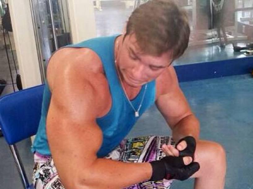 Thor Batista flexiona o bíceps na academia