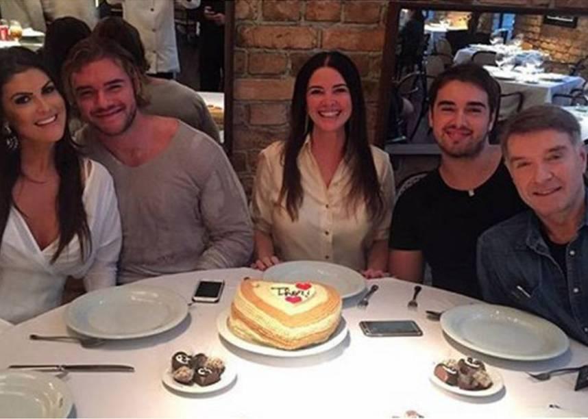 Thor Batista ao lado da família em celebração de seu 24º aniversário