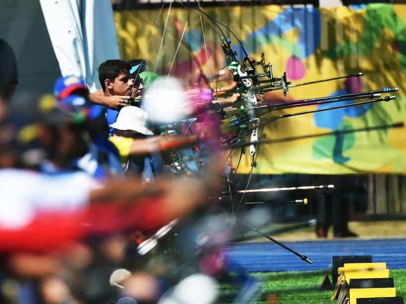 Marcus Vinícius DAlmeida, 17 anos, durante a disputas do tiro com arco