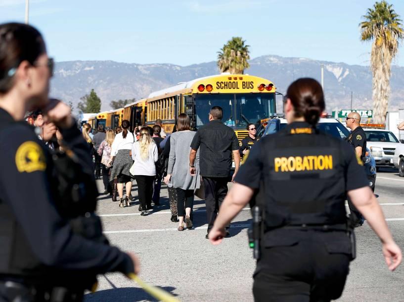 Policiais transportam espectadores da área onde ocorreu um tiroteio em San Bernardino, Califórnia