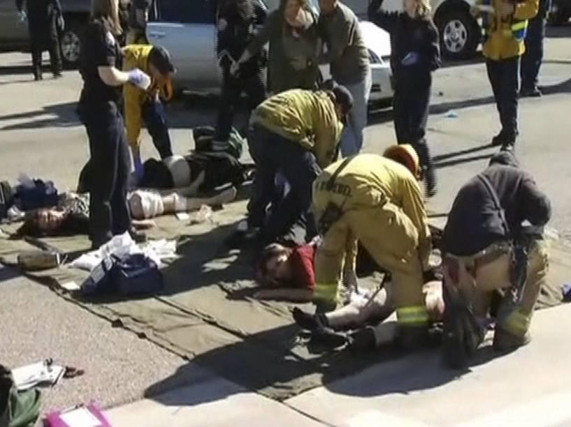 Equipe de resgate cuida dos feridos em San Bernardino, Califórnia. Cerca de 14 pessoas foram mortas no tiroteio