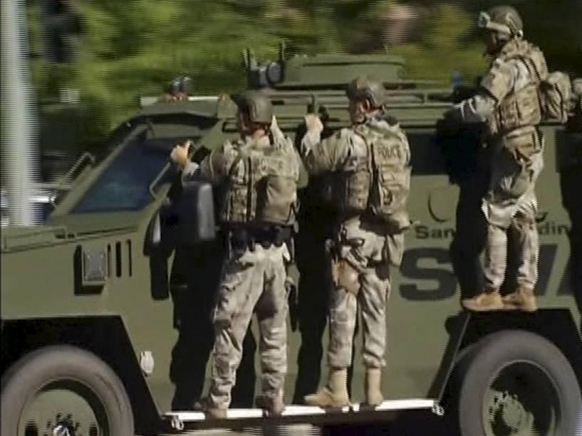 Equipe da Swat chega à cena de um tiroteio em San Bernardino, Califórnia