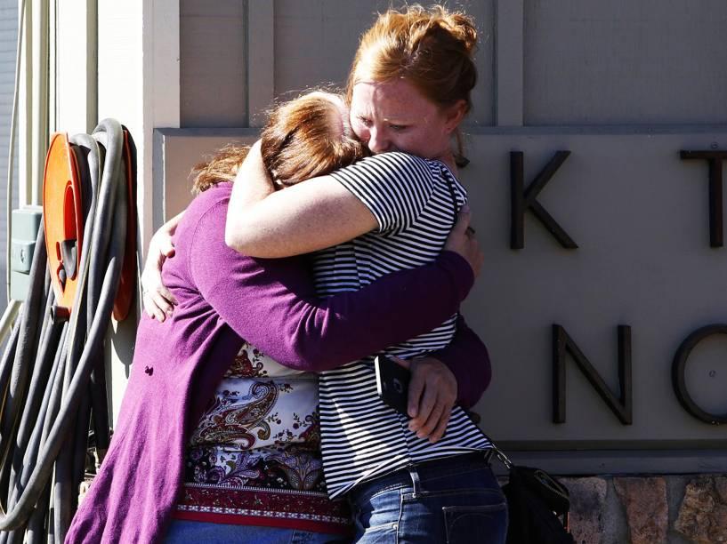 Estudantes e familiares se reúnem na Universidade Comunitária Umpqa, em Roseburg, Oregon, nos Estados Unidos, onde um ataque de um homem armado deixou ao menos 10 pessoas mortas