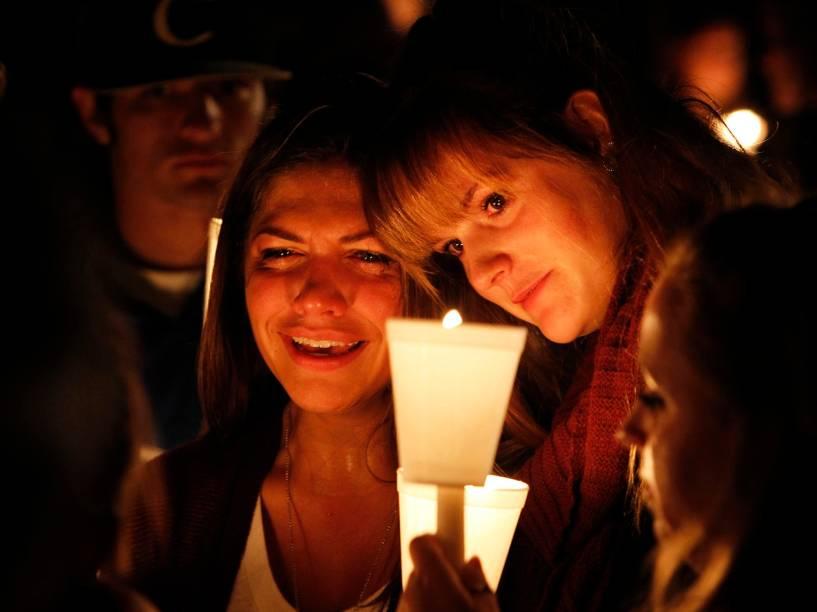 Mulheres participam de vigília após um tiroteio que deixou pelo menos 10 mortos na Universidade Comunitária Umpqa, em Roseburg, no Oregon