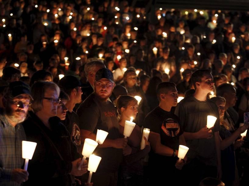 Pessoas participam de vigília após um tiroteio que deixou pelo menos 10 mortos na Universidade Comunitária Umpqa, em Roseburg, no Oregon