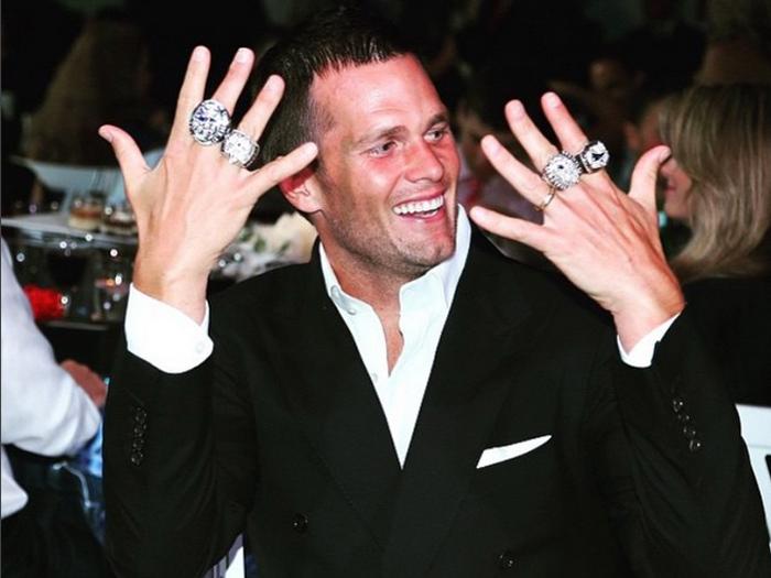 Tom Brady exibe seus anéis de campeão da Liga de Futebol Americano