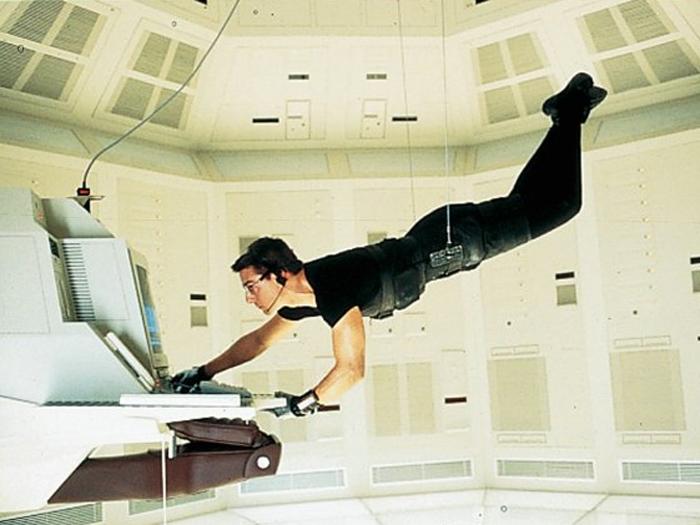 Tom Cruise com a roupa preta do primeiro Missão Impossível que vai a leilão em Londres
