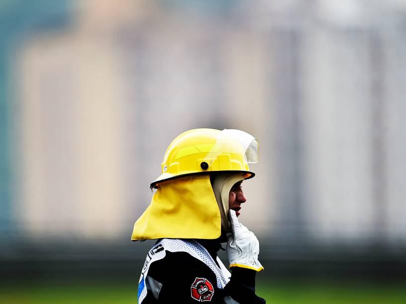 Movimentação de bombeiros durante os treinos livres para o GP do Brasil de F-1