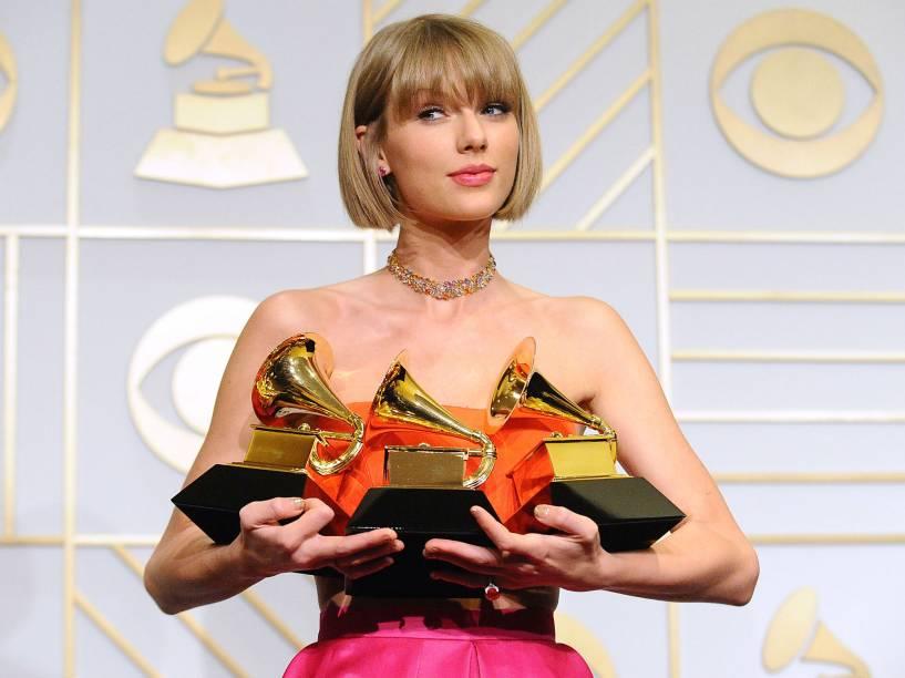Taylor Swift ostenta os troféus que conquistou no Grammy 2016