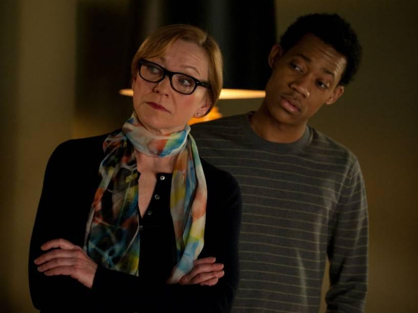 Julie White e Tyler James Williams em cena da série Go On, da emissora americana N