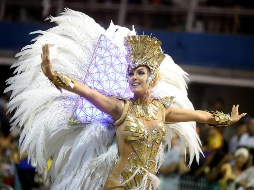 Ana Hickmann durante o desfile da escola de samba Vai-Vai, no Sambódromo do Anhembi em São Paulo (SP), neste domingo (07)