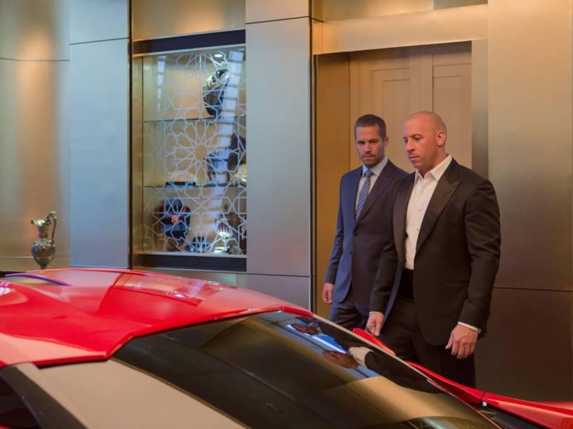 Vin Diesel e Paul Walker no filme Velozes e Furiosos 7