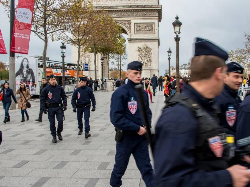 Segurança reforçada na Champs Élysées e no entorno da Torre Eiffel - 15/11/2015