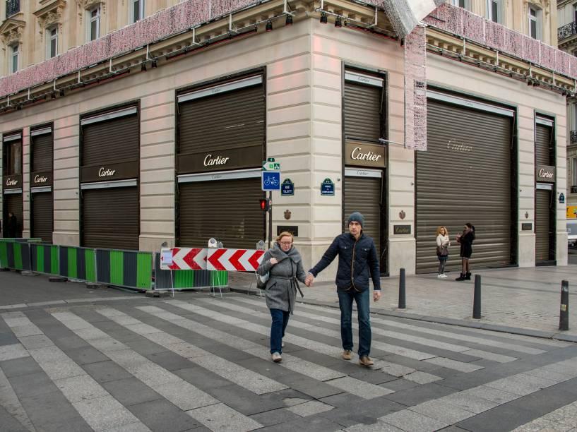 Paris vazia: poucos turistas na Champs Élysées, lojas de departamento e da Torre Eiffel fechadas - 15/11/2015