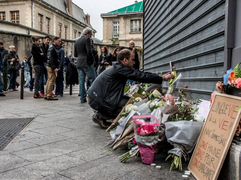 Pessoas prestam homenagens às vítimas dos atentados aos restaurantes Le Petit Cambodge e o Le Carillon em Paris - 14/11/2015