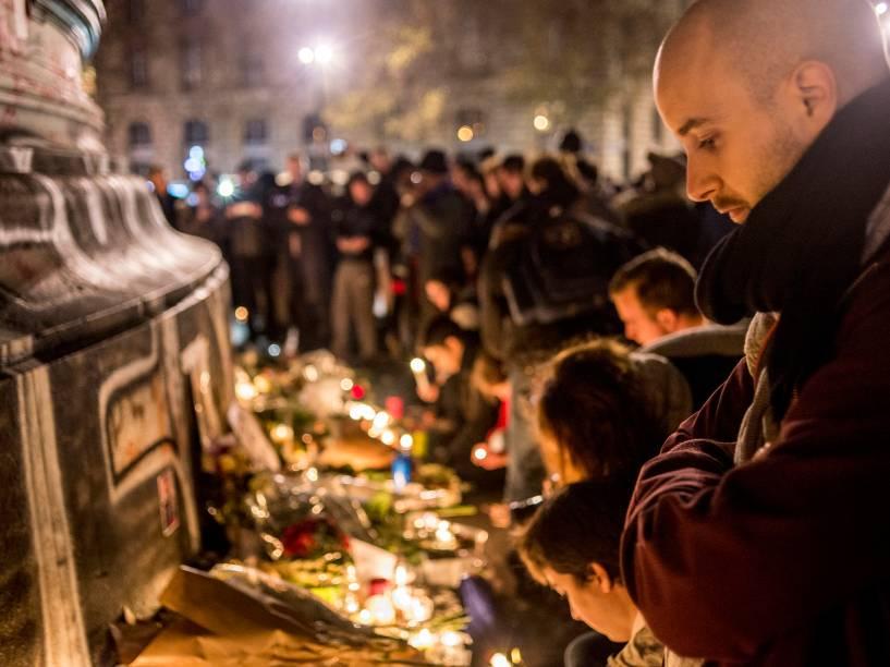 Pessoas prestam homenagens às vítimas dos atentados na Place de la Republique no centro de Paris
