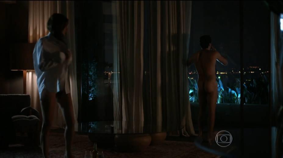 Rodrigo Lombardi (o empresário Alex) e a namorada (a top Alessandra Ambrósio, estreante em novelas) em cena caliente do primeiro capítulo de Verdades Secretas