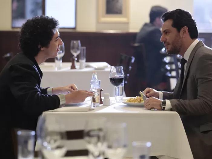 Bruno (João Vitor Silva) descobre que o pai, Alex (Rodrigo Lombardi) pagou para Stephanie (Yasmin Brunet) desvirginá-lo