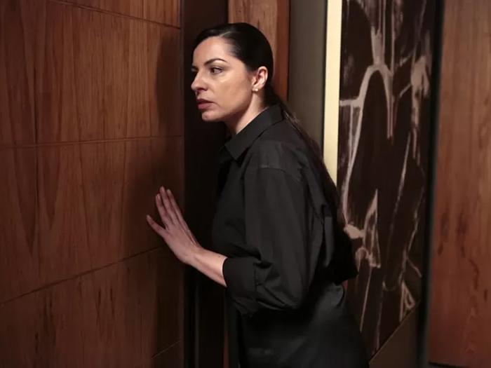 Eunice (Fernanda Heras) flagra Alex (Rodrigo Lombardi) e Angel (Camila Queiroz) juntos, em Verdades Secretas