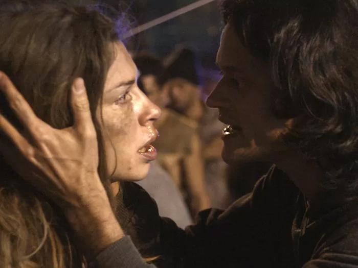Na pior, Larissa (Grazi Massafera) encontra ajuda da parte de um missionário