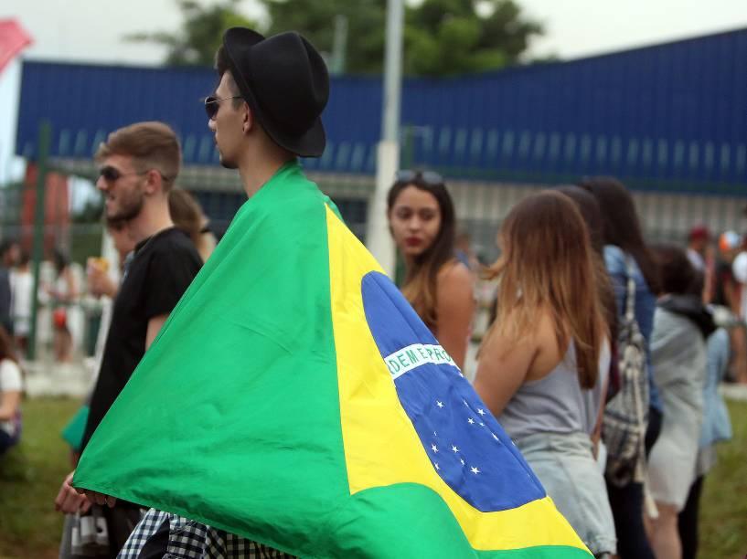 Durante os dois dias do festival, fãs de música foram vistos enrolados em bandeiras do Brasil