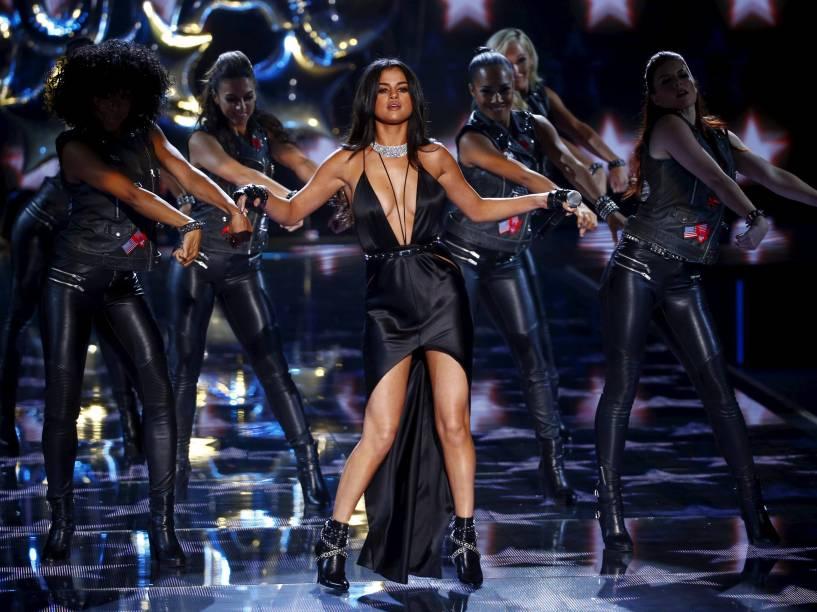A cantora Selena Gomez se apresenta na passarela durante o desfile Victorias Secret Fashion Show 2015, em Nova York